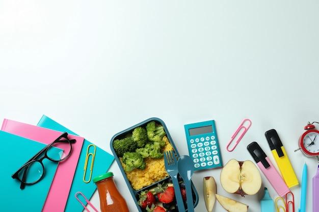 Concetto di studio con scatola del pranzo su sfondo bianco Foto Premium