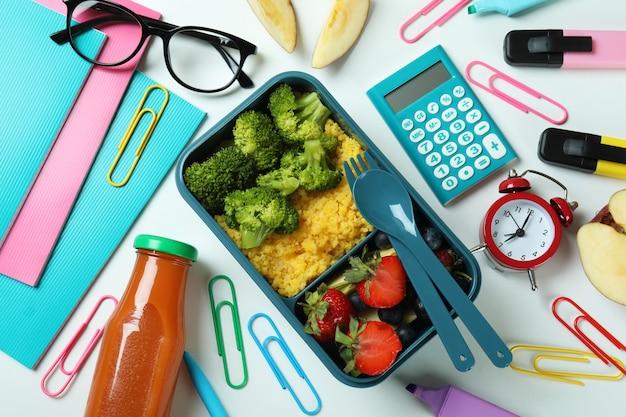 Concetto di studio con scatola del pranzo su sfondo bianco