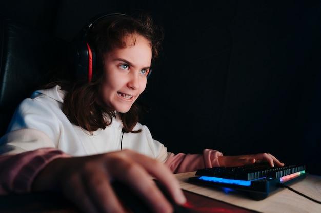 Sala studio di un ragazzino concentrato e concentrato con sedia per personal computer.