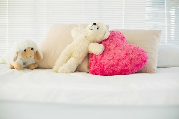 Animali imbalsamati e un cuscino cuore sdraiato sul divano