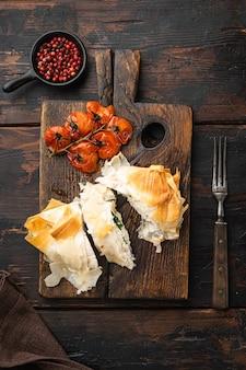 Carne di pollo ripiena con filo set, con pomodorini al forno su un vecchio tavolo di legno wooden