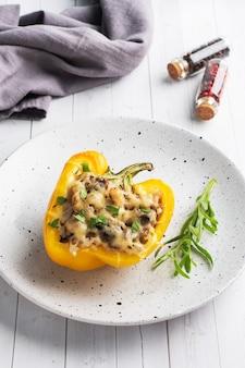 Peperoni ripieni con funghi di riso e formaggio alle erbe