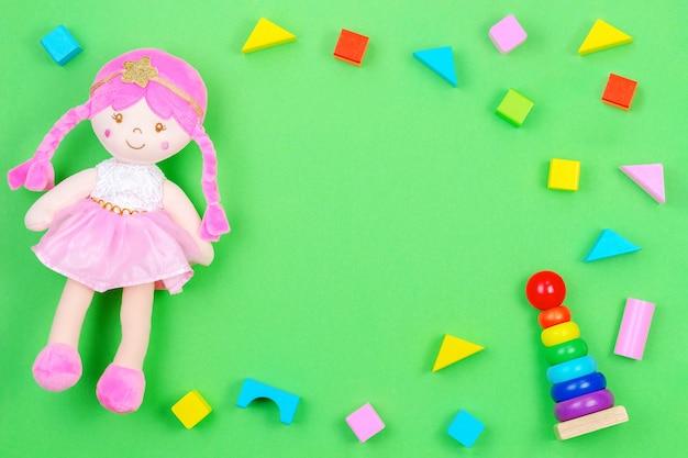 Bambola di peluche e cubi colorati