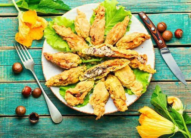 Zucchine ripiene o fiori di zucca, distese piatte