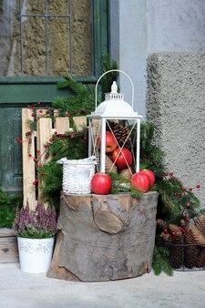 Ceppo con decorazioni natalizie vicino a una casa