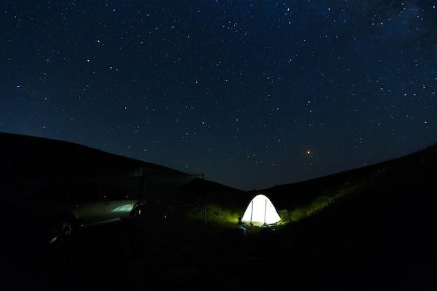 Splendido cielo notturno con sfondo di stelle