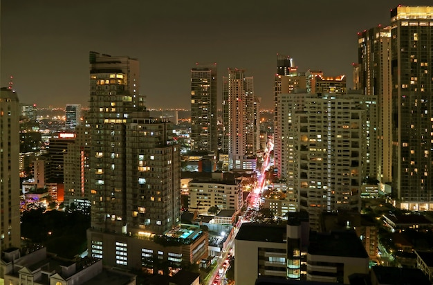 Splendida vista sulla città con gruppi di grattacieli di notte