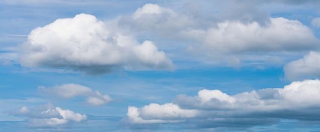 Splendida vista panoramica colorata del cielo azzurro soleggiato con nuvole bianche panorama estivo dell'umidità naturale...
