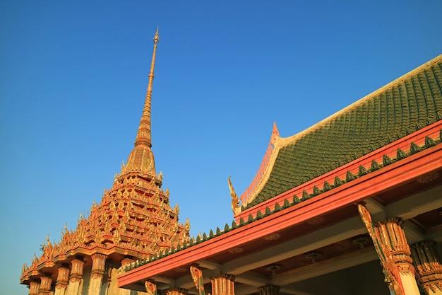 Splendidi tetti decorati di wat khao di salak