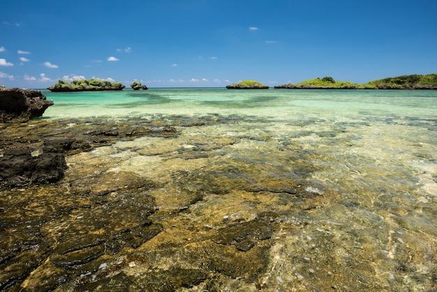 Splendidi isolotti di mare verde smeraldo piattaforma di pietra del cielo blu colori a contrasto