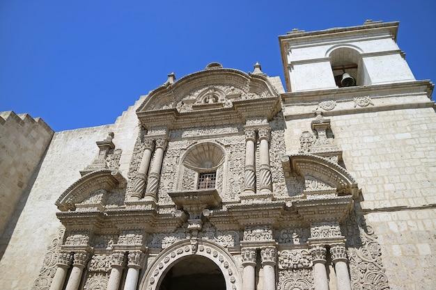 Splendida facciata della chiesa della società di gesù iglesia de la compania ad arequipa perù
