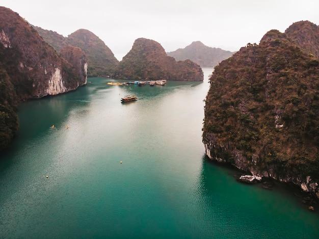 Splendida baia di halong in vietnam. crociera di halong con tempo nebbioso attraverso la famosa baia. nave da crociera con viste incredibili.