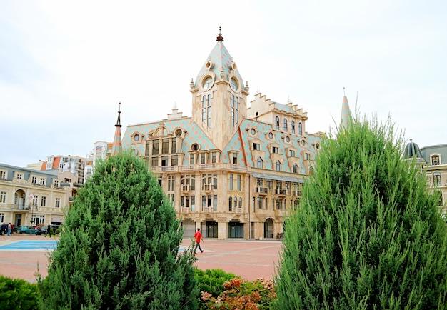 Splendido edificio storico sulla piazza europa nel centro cittadino di batumi, regione di adjara, georgia