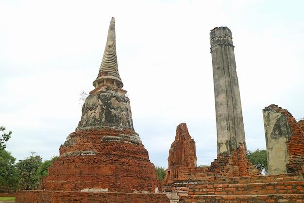 Stupa medievale sbalorditivo (chidi) nelle rovine del tempio di wat mahathat, parco storico di ayutthaya, thailandia
