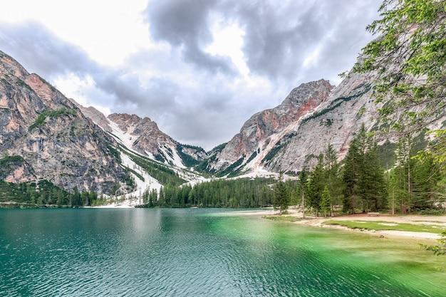 Splendida vista panoramica sul lago di braies più bello delle alpi italiane