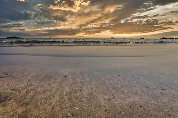 Splendida alba sulla spiaggia di alicante, in spagna, nel mediterraneo