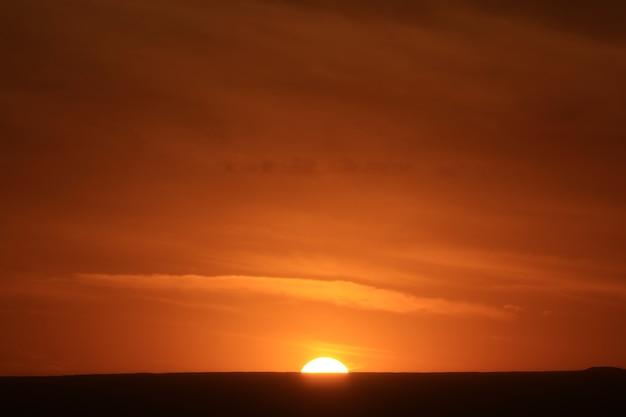 Splendido tramonto sulle montagne delle ande centrali nel nord del cile, sud america