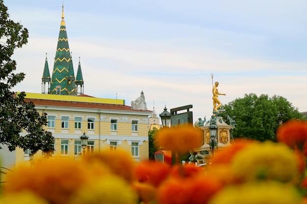Splendida piazza del teatro con fontana di nettuno e torre dell'orologio astronomico batumi city georgia
