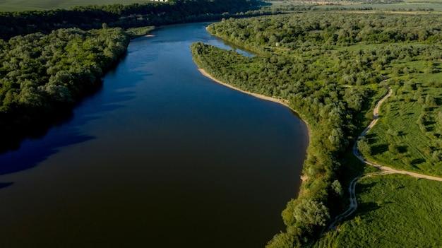 Splendida vista dall'alto del sinuoso fiume dniester. paesaggio estivo del fiume dniester. carta da parati fotografica pittoresca. scopri la bellezza della terra.