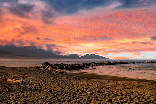 Cieli nuvolosi colorati e vibranti mozzafiato sulla costa di kaikoura