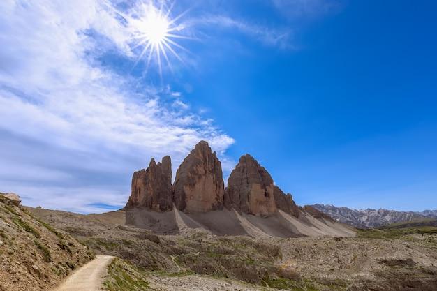 Splendida vista delle famose tre cime di lavaredo sotto i raggi del sole di mezzogiorno. italia