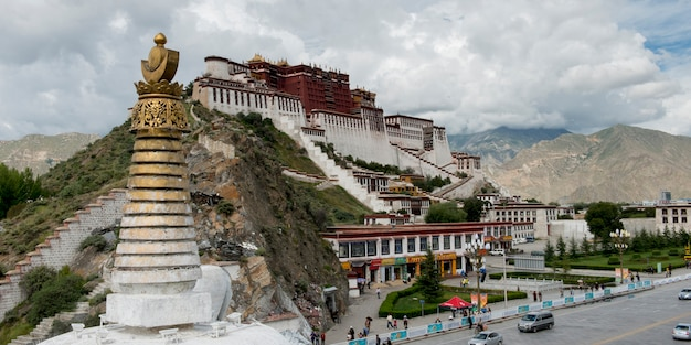 Stupa con potala palace sullo sfondo, lhasa, tibet, cina