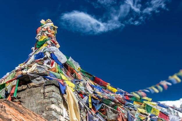 Stupa con pregare bandiere. campo base dell'annapurna