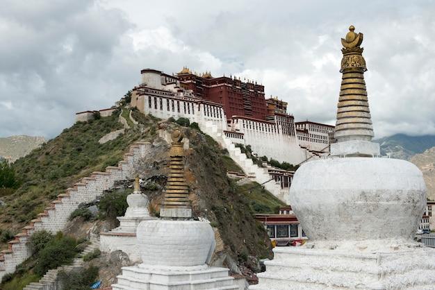 Stupas con potala palace sullo sfondo, lhasa, tibet, cina