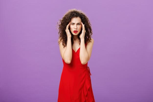 Gente stupida che le dà sui nervi irritata e infastidita donna d'affari elegante e ricca in rosso sera...