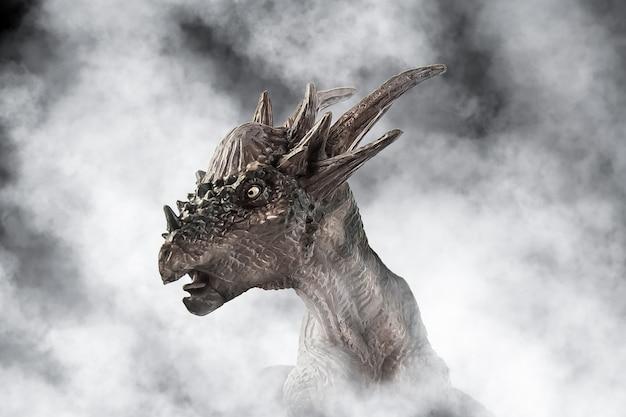 Dinosauro stygimoloch su sfondo di fumo