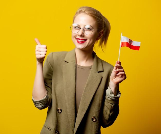 Disegni la donna bionda in rivestimento con la bandiera polacca su giallo