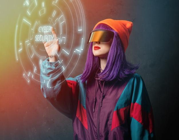 La donna hacker di stile con gli occhiali vr sta hackerando
