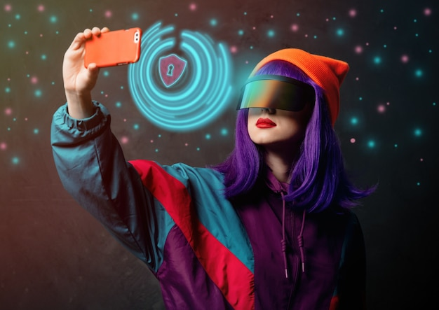 La donna hacker di stile in occhiali vr è con il telefono cellulare