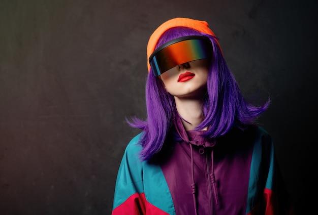 Donna di stile con tuta anni '80 e occhiali vr
