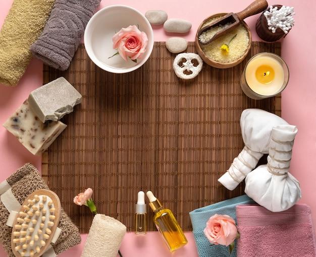 Cornice di bellezza in stile. prodotti cosmetici per la cura della pelle naturale su sfondo marrone.