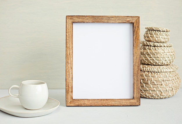 Mockup desktop minimal in stile con cancelleria di colore organico, tazza di caffè, cornice