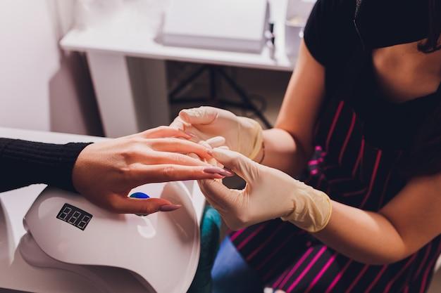 Smalto per unghie colorante. manicure colorate, unghie verniciate con vernice cosmetica colorata.