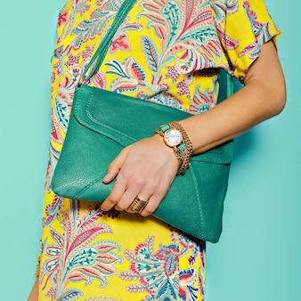 Accessori alla moda. borsa e gioielli. stampe estive luminose. sii di tendenza.