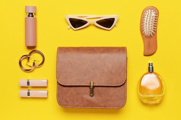 Elegante borsa con accessori femminili sul colore