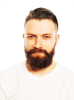 Uomo barbuto alla moda in camicia bianca. close up ritratto su sfondo bianco.