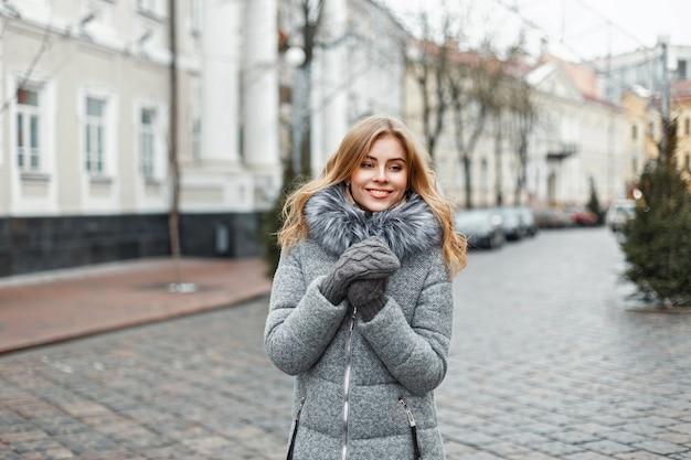 Elegante bella donna in abiti di moda invernale in città