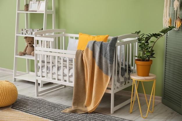 Letto elegante in interni moderni della camera dei bambini