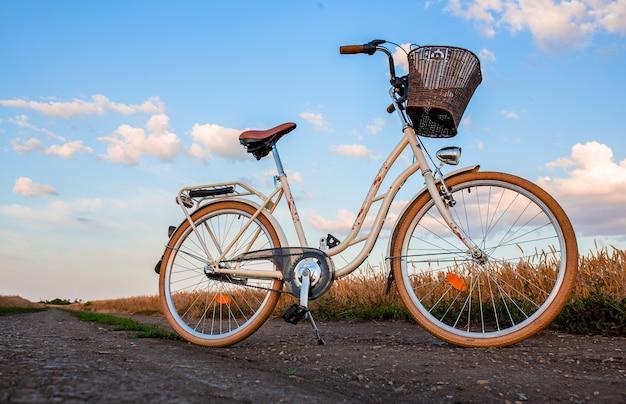 Bici alla moda al tramonto in campagna