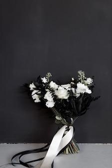 Elegante bouquet da sposa nero su sfondo scuro tendenze moderne nell'arredamento di un bouquet da sposa
