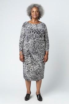 Elegante donna anziana nera con capelli afro