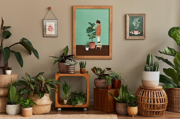 Elegante composizione botanica dell'interno del giardino di casa con cornice in legno, riempita di bellissime piante da appartamento, cactus, piante grasse in diversi vasi di design e accessori floreali.