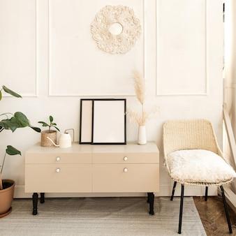 Elegante soggiorno luminoso decorato con comode cassettiere, sedia, pianta domestica, pittura, moquette, pareti bianche