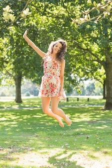 Elegante bruna allegro saltando in aria