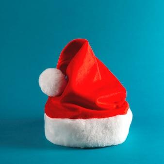 Cappello rosso della santa dell'accessorio di natale alla moda sul blu luminoso