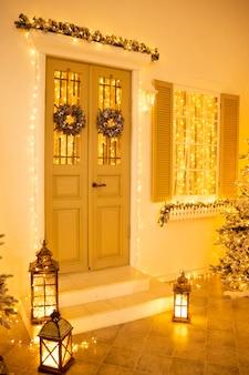 Interni di natale eleganti decorati in colori gialli con luci. comodità a casa.